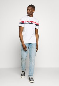 Tommy Jeans - DOUBLE STRIPE LOGO TEE - T-shirt z nadrukiem - white - 1