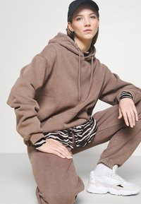 BDG Urban Outfitters - OVERDYED JOGGER - Trainingsbroek - chocolate - 3