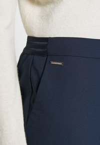 Cortefiel - BASIC SLIM TROUSERS WITH JOGGER WAIST - Pantalones chinos - navy - 4