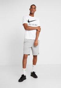 Nike Performance - DRY TEE NIKE TRAIN - T-Shirt print - white/black - 1