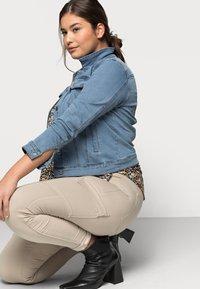 Vero Moda Curve - VMHOT SOYA JACKET - Denim jacket - light blue denim - 3