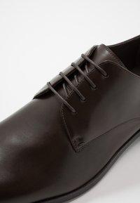 Pier One - Elegantní šněrovací boty - dark brown - 5