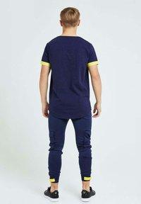 Illusive London Juniors - Cargo trousers - navy gold & yellow - 2