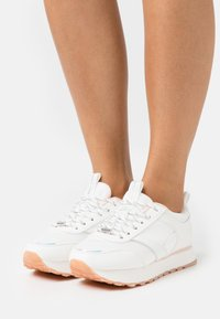 ONLY SHOES - ONLSONIA ELEVATED - Sneakersy niskie - white - 0