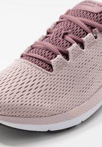 Under Armour - CHARGED PURSUIT 2 - Zapatillas de running neutras - dash pink/white/jet gray - 5