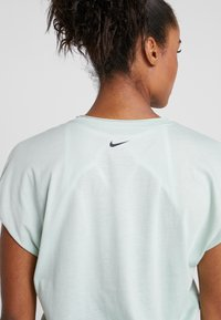 Nike Performance - DRY SIDE TIE - T-shirt imprimé - pistachio frost/black - 4