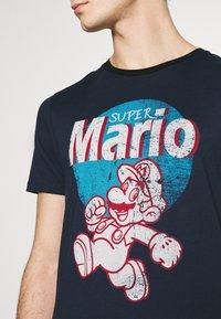 Jack & Jones - JCOSUPER MARIO  - Print T-shirt - navy blazer - 4