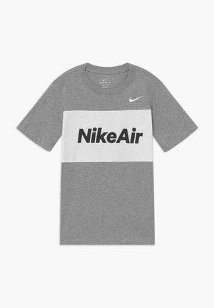 AIR TEE - Triko spotiskem - dark grey heather/white