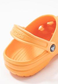 Crocs - CLASSIC - Chaussons - cantaloupe - 2