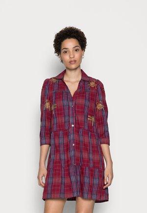 VEST DORA MAAR - Shirt dress - red