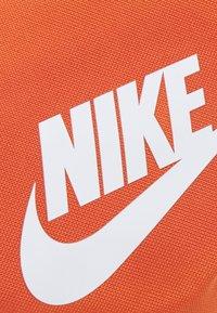 Nike Sportswear - HERITAGE UNISEX - Ledvinka - light sienna/white - 3