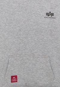 Alpha Industries - BASIC HOODY SMALL LOGO KIDS TEENS - Mikina skapucí - grey heather - 2