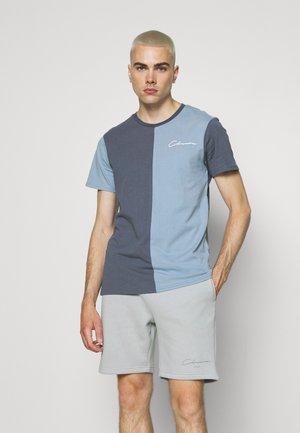 SPLICED TEE - Jednoduché triko - slate