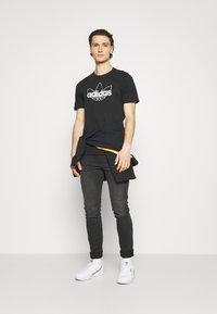 adidas Originals - GRAPHIC UNISEX - T-shirts print - black/white - 1