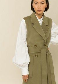 IVY & OAK - BORAGE BLOOM - Waistcoat - olive - 3
