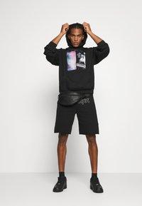 WRSTBHVR - BETTER RUN HOODIE UNISEX - Sweatshirt - black - 1