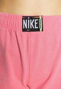 Nike Sportswear - WASH  - Shorts - sunset pulse/black - 3