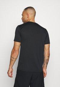 Nike Performance - LEG TEE - T-shirt print - black - 2