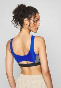 Nike Sportswear - MED PAD ICNCLSH BRA - Top - game royal/black/smoke grey/(limelight) - 2