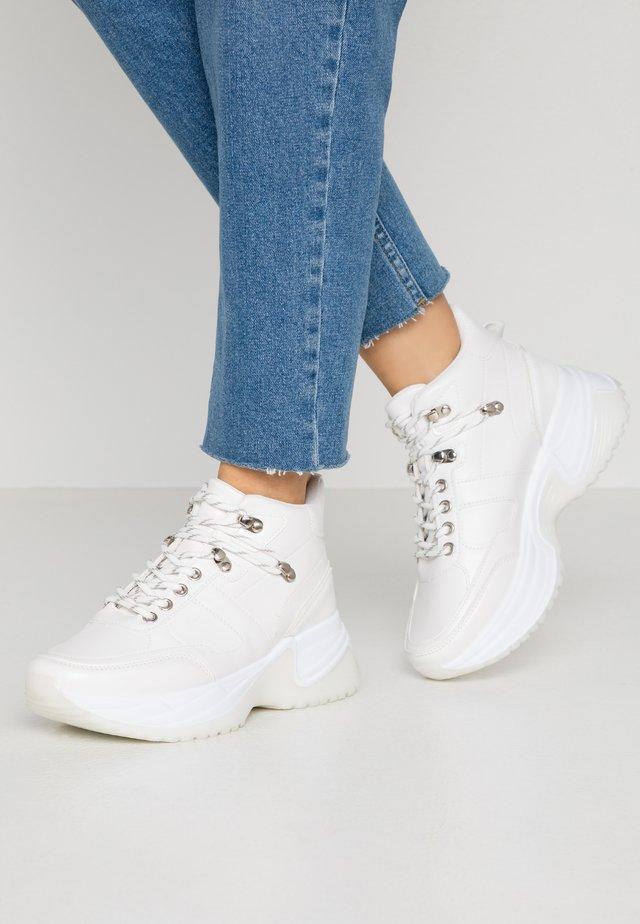 JAX - Korkeavartiset tennarit - white