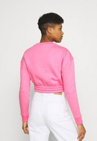 Tommy Jeans - SUPER CROPPED BADGE CREW - Maglione - pink daisy - 2