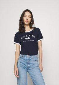 Hollister Co. - TECH CORE - Print T-shirt - navy - 0