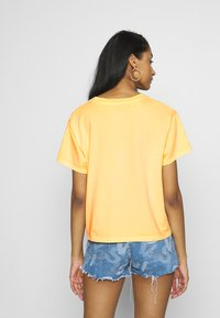 Levi's® - GRAPHIC VARSITY TEE - T-shirt print - yellow - 2
