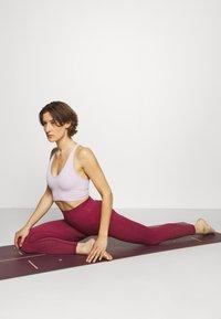 Yogasearcher - DHIANA - Punčochy - cerise - 1