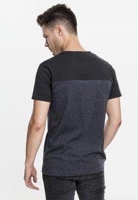 Urban Classics - Print T-shirt - grey/black - 1