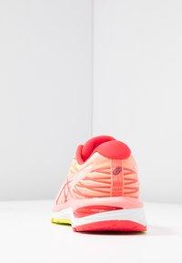 ASICS - GEL-CUMULUS 21 - Zapatillas de running neutras - sun coral/laser pink - 3