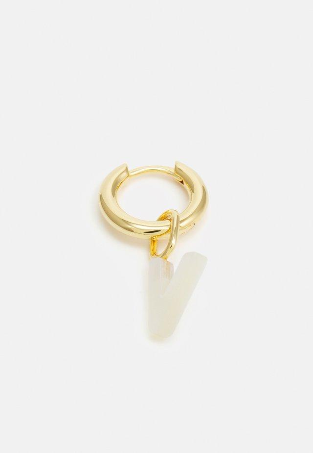 LUCID LETTER HUGGIE V - Oorbellen - gold-coloured