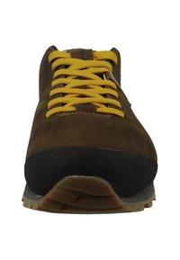 Aku - BELLAMONT - Climbing shoes - dark brown/yellow - 4