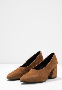 Vagabond - OLIVIA - Classic heels - caramel - 4