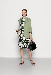 Anna Field - HALTER NECK BRAIDED BELT DRESS  - Žerzejové šaty - black/white/green - 1