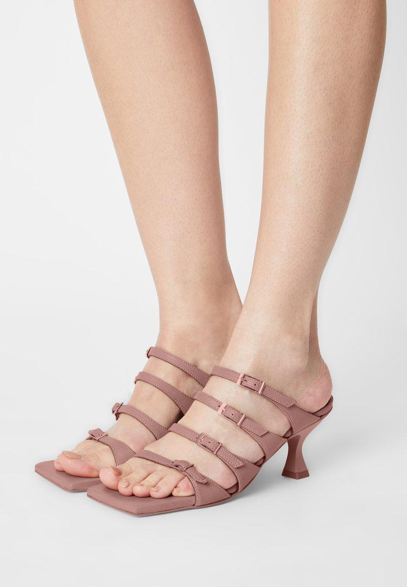 ALOHAS - PRICKLY - Pantofle na podpatku - pale pink