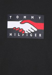 Tommy Hilfiger - ONE PLANET TEE UNISEX - Printtipaita - black - 5
