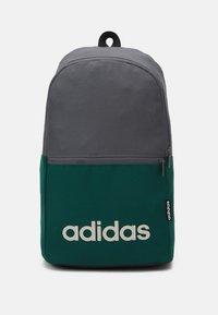grey five/collegiate green/black/alumina
