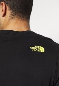 The North Face - MENS GRAPHIC TEE - T-shirt z nadrukiem - black/lemon - 5