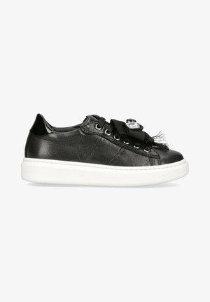 CON ACCESSORIO - Sneakers basse - nero