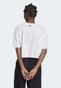 adidas Originals - LARGE LOGO T-SHIRT - Camiseta estampada - white - 1