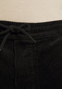 Only & Sons - ONSLINUS LIFE CROPPED - Trousers - black - 5