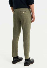 WE Fashion - HEREN SLIM FIT PANTALON - Broek - olive green - 2