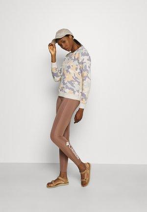 LOGO™ PRINTED CREW - Sweatshirt - fawn