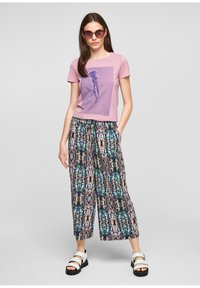 QS by s.Oliver - REGULAR - Trousers - pink aop - 1