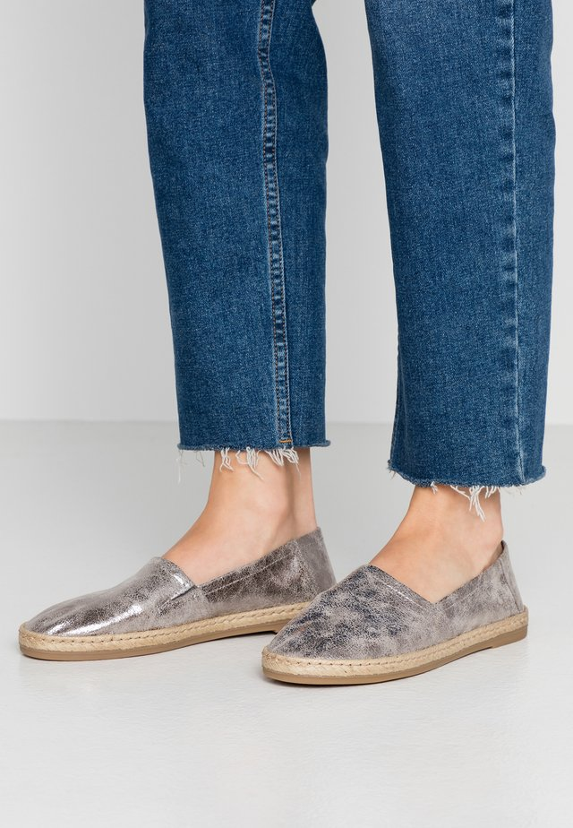 LEATHER ESPADRILLES - Espadrilky - silver