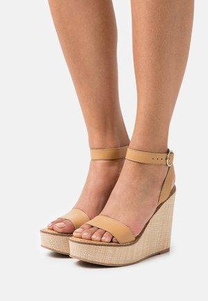 SINDEE - Sandály na platformě - tan
