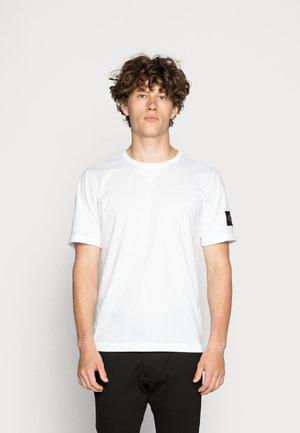 MONOGRAM SLEEVE BADGE TEE - T-paita - bright white