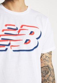 New Balance - GRAPHIC HEATHERTECH TEE - Print T-shirt - white - 4