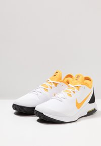 Nike Performance - COURT AIR MAX WILDCARD CLAY - Clay court tennis shoes - white/university gold/black - 2