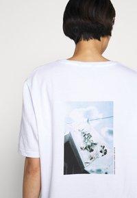 Holzweiler - BAND TEE - Print T-shirt - white - 3